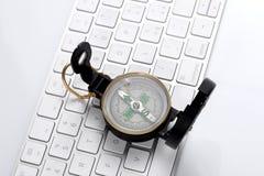Concetto di orientamento di web: un resto della bussola su una tastiera di computer con lo spazio della copia per il vostro testo fotografie stock