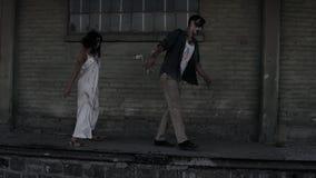 Concetto di orrore di Halloween Immagine del maschio terrificante e fantasma femminile o zombie che camminano con il fronte ferit stock footage