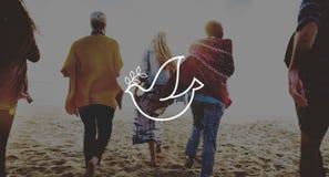 Concetto di pace della spiaggia di estate di rilassamento di legame di amicizia Immagini Stock