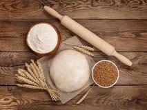 Concetto di Pasqua Pasta ed ingredienti del grano per la cottura a bordo Fotografia Stock Libera da Diritti
