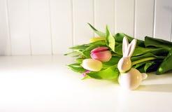 Concetto di Pasqua, tulipani della molla e coniglietto della porcellana fotografia stock libera da diritti