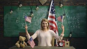 Concetto di patriottismo, di orgoglio nazionale e di festa dell'indipendenza Bandiera americana felice delle onde della ragazza D archivi video