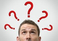 Concetto di pensiero dell'uomo con i punti interrogativi Fotografia Stock Libera da Diritti