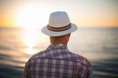 Concetto di pensiero di viaggio di tramonto della lampadina dell'uomo Immagine Stock Libera da Diritti