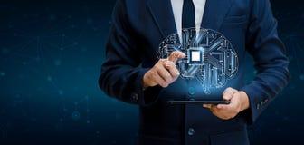 Concetto di pensiero fondo con l'argomento di simboli di tecnologia di serie di mente del CPU del cervello di informatica, artifi immagini stock libere da diritti