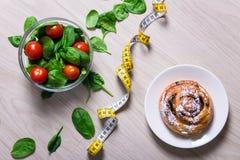 Concetto di perdita di peso e di dieta - insalata sana con spinaci ed a immagini stock