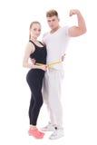 Concetto di perdita di peso - giovane uomo muscolare e donna esile con il mea immagine stock