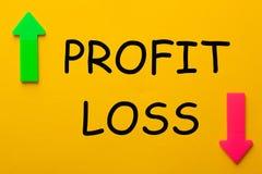 Concetto di perdita di profitto con le frecce opposte immagine stock