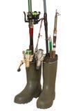 Concetto di pesca: stivali di gomma e canne da pesca su bianco Fotografia Stock