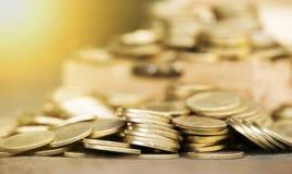 Concetto di pianificazione finanziaria - i soldi dell'oro coniano il fondo Fotografie Stock Libere da Diritti