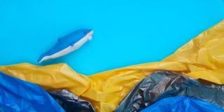 Concetto di plastica di inquinamento dell'oceano del mondo immagine stock libera da diritti