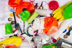 concetto di plastica di inquinamento Sia liberamente di plastica Piatti variopinti monouso tagliati, forcelle, tazze, bottiglia,  fotografie stock