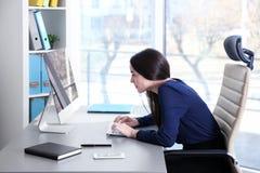 Concetto di posizione Giovane donna che lavora con il calcolatore fotografie stock libere da diritti