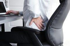 Concetto di posizione Uomo che soffre dal dolore alla schiena mentre immagine stock