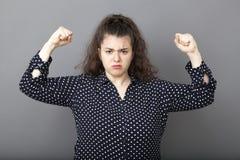 Concetto di potere della ragazza per giovane castana di peso eccessivo infelice Fotografia Stock