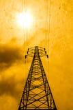 Concetto di potere di energia: piloni ad alta tensione con il BAC del sole e della nuvola Immagini Stock Libere da Diritti