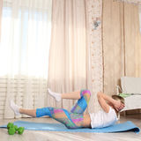 Concetto di pratica di forma fisica della giovane donna attraente sportiva, esercizio della stampa della roccia, risolvente abiti Immagine Stock