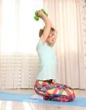 Concetto di pratica di forma fisica della giovane donna sportiva, facente esercizio diritto con le teste di legno verdi, risolven Fotografia Stock Libera da Diritti