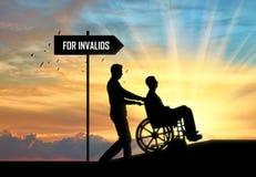 Concetto di preoccuparsi per il disabile nel muovere intorno la città fotografia stock libera da diritti
