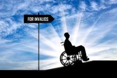 Concetto di preoccuparsi per il disabile nel muovere intorno la città fotografia stock