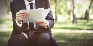 Concetto di preoccupazione di Looking Document Stress dell'uomo d'affari Fotografie Stock