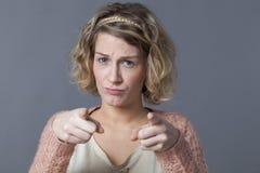 Concetto di preoccupazione e di accusa per la donna di ribaltamento 20s immagine stock
