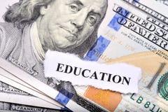 Concetto di prestito di istruzione con la nota e la carta del dollaro su priorità alta Fotografia Stock