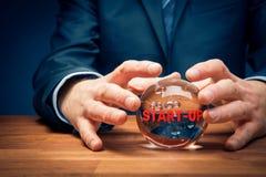 Concetto di previsione di affari di partenza con sfera di cristallo fotografie stock