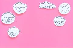 Concetto di previsioni del tempo Le icone moderne del tempo hanno messo sullo spazio rosa della copia di vista superiore del fond Fotografia Stock