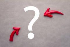Concetto di problema con le frecce ed i punti interrogativi allineati curvy Immagini Stock