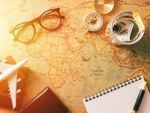 Concetto di progettazione di viaggio, costumi degli accessori di viaggio I passaporti, bagagli, il costo delle mappe di viaggio h Fotografia Stock