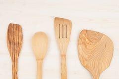 Concetto di progetto del modello dei cucchiai beige di legno vuoti su fondo di legno bianco Fotografia Stock Libera da Diritti