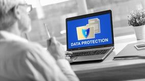 Concetto di protezione dei dati su uno schermo del computer portatile fotografia stock