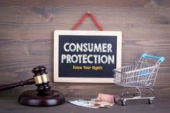 Concetto di protezione di diritti di consumatore Lavagna su un fondo di legno fotografia stock