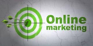 Concetto di pubblicità: obiettivo e vendita online sul fondo della parete Immagini Stock Libere da Diritti