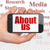 Concetto di pubblicità: Passi la tenuta dello Smartphone con circa noi su esposizione Immagine Stock