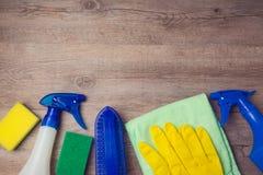 Concetto di pulizia con i rifornimenti su fondo di legno immagine stock