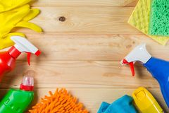 Concetto di pulizia - rifornimenti di pulizia su fondo di legno immagini stock