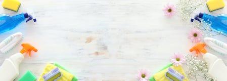 Concetto di pulizie di primavera con i rifornimenti sopra fondo di legno bianco Vista superiore, disposizione piana immagine stock libera da diritti