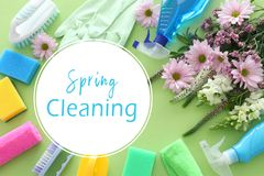 Concetto di pulizie di primavera con i rifornimenti sopra fondo di legno verde pastello Vista superiore, disposizione piana fotografie stock