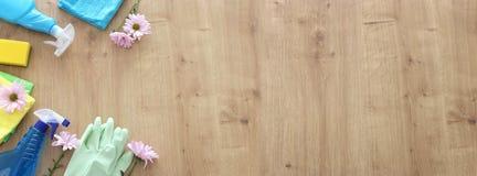 Concetto di pulizie di primavera con i rifornimenti sopra fondo di legno Vista superiore, disposizione piana fotografia stock libera da diritti