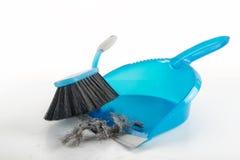 Concetto di pulizie di primavera, spazzola blu della mano e paletta per la spazzatura spazzare du fotografia stock libera da diritti