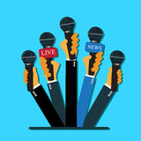 Concetto di rapporto in tensione, notizie in tensione, mani, giornalisti, microfoni, stile piano, web design di vettore e infogra Immagine Stock