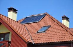 Concetto di rendimento energetico Primo piano del riscaldamento di pannello solare dell'acqua sul tetto piastrellato rosso con pr Fotografia Stock