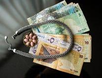 Concetto di ricchezza con gioielli e le banconote Immagini Stock
