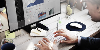 Concetto di ricerca di Working Dashboard Strategy dell'uomo d'affari fotografie stock
