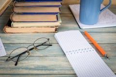 Concetto di ricerca e di studio Pagina vuota del taccuino sulla tavola di legno Immagini Stock