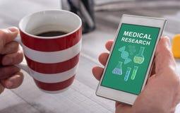 Concetto di ricerca medica su uno smartphone fotografia stock