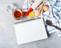 Concetto di ricetta - taccuino ed ingredienti fotografie stock libere da diritti