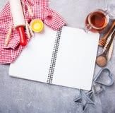 Concetto di ricetta - taccuino ed ingredienti fotografia stock